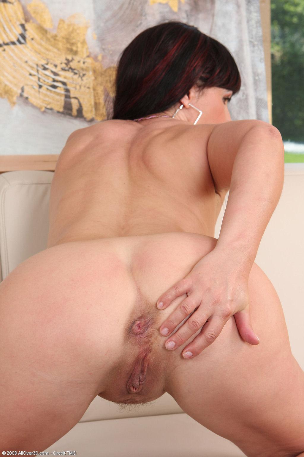 Роздеваетса и показует свои дырочьки фото 2 фотография